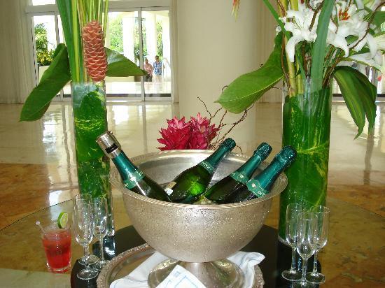 Hotel-Dorado-Royale-Riviera-Maya-Champagne-de-bienvenida.jpg
